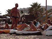 Un homme pisse sur des touristes en train de…