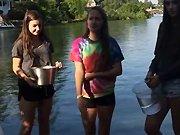 Trois filles acceptent le Ice Bucket…