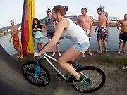 Une fille sexy sur un BMX