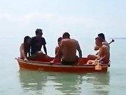 Des amis sont sur un bateau ...