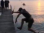 Un régis saute sur un ponton
