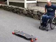 Un homme paraplégique qui fait du skate