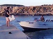 Un homme charge une caisse sur un bateau