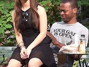 Une fille s'assoit sur des inconnus