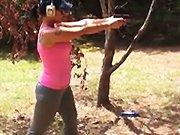 Une fille mignonne tire avec un pistolet