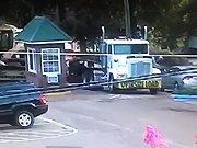 Un camion entre sur un parking