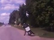 Un automobiliste croise un russe ivre sur…