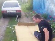 Un russe sur un lit se fait tracter par une…