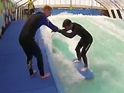 Un homme apprend à faire du surf