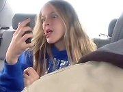 Une fille en train de prendre des selfies