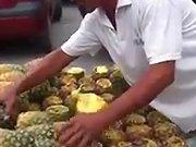 Une technique insolite pour couper des ananas
