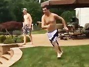 Un homme saute dans la piscine de son pote