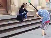 Une mamie de 97 ans qui danse dans la rue