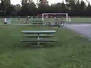 Un jeune saute par-dessus une table