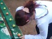 Une fille russe brise des noix avec son front