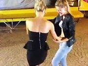 Deux blondes qui dansent le boogie