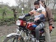 Une nana voulait essayer la moto de son mec