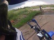 Un motard se fait stopper par de la boue