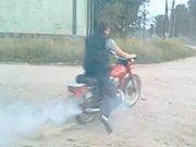 Un russe teste la moto de son voisin