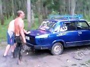 Un russe bourré veut aider son pote