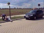 Un russe vient en aide à un homme allongé