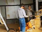 Un ouvrier nettoie la tuyauterie de son…