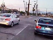 Troller des automobilistes avec un klaxon de…