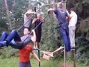 Un russe agile avec une balançoire
