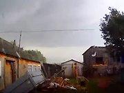 Une dashcam filme une tornade