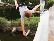 Un skateur chute d'un pont