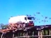 Un camion sur un pont en bois