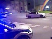 Une BMW M3 fait des drifts devant les flics