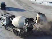 Un camion toupie percute un camion
