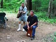 Une chaude-souris attaque un musicien