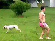 Un abruti saute dans une piscine