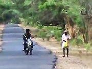 Deux potes sur une moto esquivent un…