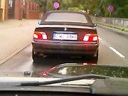 Une BMW perd le contrôle sur une route…