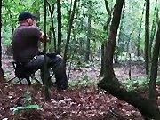 Un chasseur appelle des coyotes