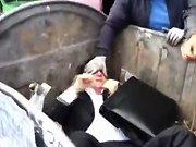 Un député ukrainien se fait jeter dans une…