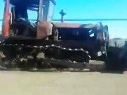 Un russe démarre un tracteur qui n'a plus…