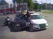Un motard termine sa course entre deux…