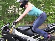 Une blonde s'amuse avec la moto de son mec