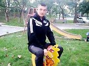 Un russe passe le temps dans un jardin pour…