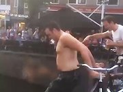 Un homme bourré se jette sur un bateau