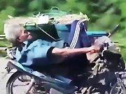 Un vieux thaïlandais sur sa moto