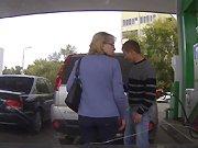 Une blonde se trompe de voiture
