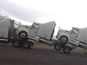 Un convoi exceptionnel de camions