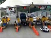 Un camion chinois arrive au péage