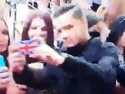 Liam Peyne fait des selfies avec ses fans