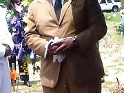 Un lâcher de colombe durant un enterrement